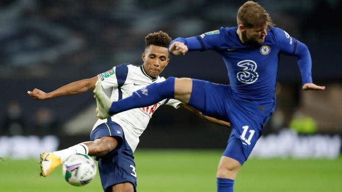 Gelandang Tottenham Hotspur, Gedson Fernandes melakukan tendangan yang berusaha diblokir penyerang Chelsea, Timo Werner pada pertandingan babak keempat Piala Liga Inggris di Stadion Tottenham Hotspur, London, Selasa (29/9/2020). Tottenham menang adu penalti atas Chelsea 5-4. (Neil Hall/Pool via AP)