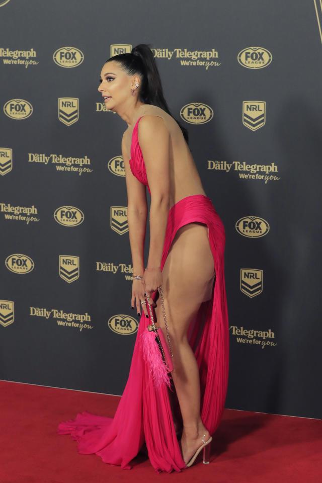Monisha Lew-Fat zeigte (fast) alles, als sie sich bückte, um die Schleppe ihres leuchtend pinkfarbenen Kleides der kroatischen Designerin Matija Vuica zurechtzurücken. Foto: Getty Images.
