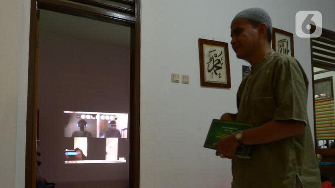 Seorang tunanetra saat tadarus bersama secara online lewat aplikasi di Jakarta, Selasa (12/5/2020). Di tengah pandemi COVID-19 ini, sejumlah tunanetra melakukan tadarus bersama guna meningkatkan keimanan dan ketakwaan di bulan Ramadan 1441 Hijriah. (merdeka.com/Imam Buhori)