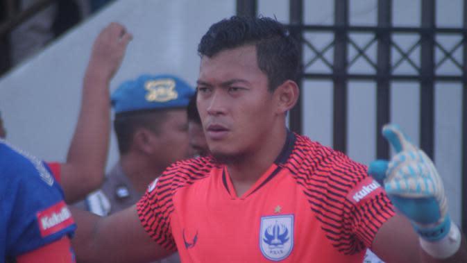 Aksi kiper PSIS Semarang, Joko Ribowo sebelum melakoni pertandingan. (Bola.com/Vincentius Atmaja)