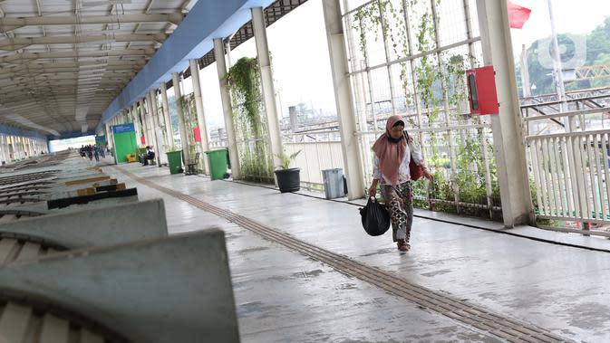 Warga berjalan di area perdagangan Sky Bridge di kawasan Tanah Abang, Jakarta, Jumat (27/3/2020). Sebagai upaya pencegahan virus Corona COVID-19, Perumda Pasar Jaya menutup sementara aktivitas perdagangan di Pasar Tanah Abang Blok A, B dan F hingga 5 April 2020. (Liputan6.com/Helmi Fithriansyah)
