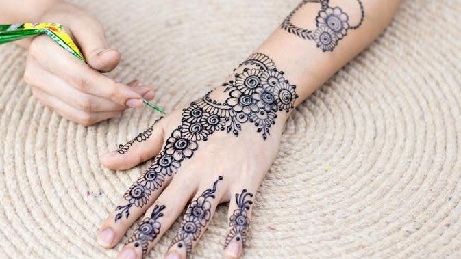 Jelang Idul Fitri, Seniman Henna Khamissa Luncurkan Produk Non-Toxic