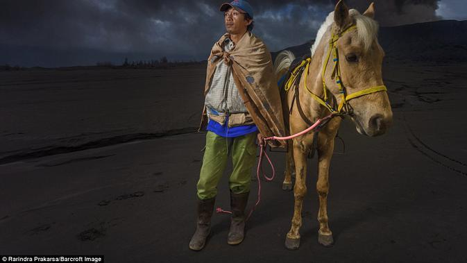 Warga suku Tengger di kawasan Bromo. (Rarindra Prakarsa/Barcroft Images)