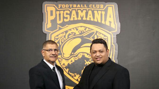 Pelatih anyar Borneo FC bersama Presiden Klub Nabil Husein. (Dok. Borneo FC)