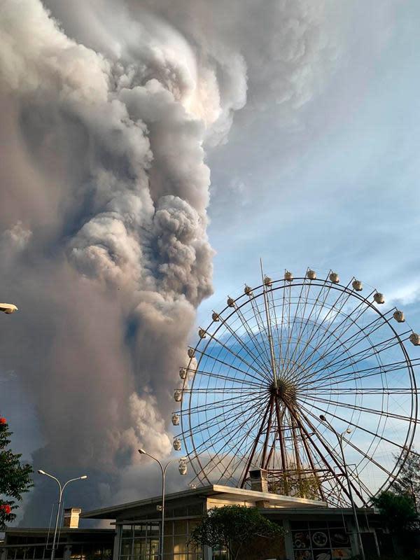 Gunung Api Taal memuntahkan abu dan asap saat erupsi di Tagaytay, Provinsi Cavite, Filipina, Minggu (12/1/2020). Menurut Kepala Institut Vulkanologi dan Seismologi Filipina, Renato Solidum, terakhir gunung Taal meletus pada tahun 1977. (AP Photo/Bullit Marquez)