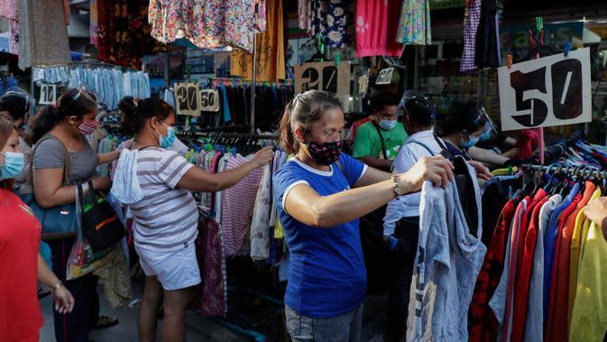 Orang-orang berbelanja pakaian murah di pusat kota Manila, setelah pelonggaran pembatasan karantina wilayah (lockdown), di Filipina, Rabu (2/9/2020). Pemerintah melonggarkan lockdown meskipun negara tersebut memiliki infeksi virus corona terbanyak di Asia Tenggara. (AP Photo/Aaron Favila)