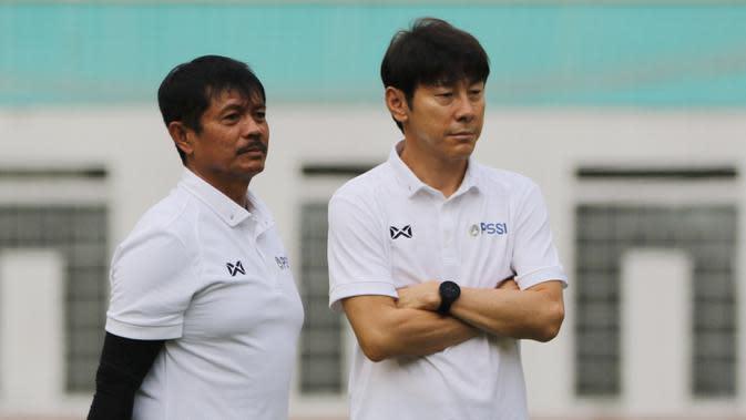Manajer pelatih Timnas Indonesia, Shin Tae-yong, didampingi Indra Sjafri, saat sesi latihan di Stadion Wibawa Mukti, Cikarang, Senin (13/1/2020). Sebanyak 51 pemain mengikuti seleksi untuk memperkuat skuat utama Timnas Indonesia U-19. (Bola.com/M Iqbal Ic