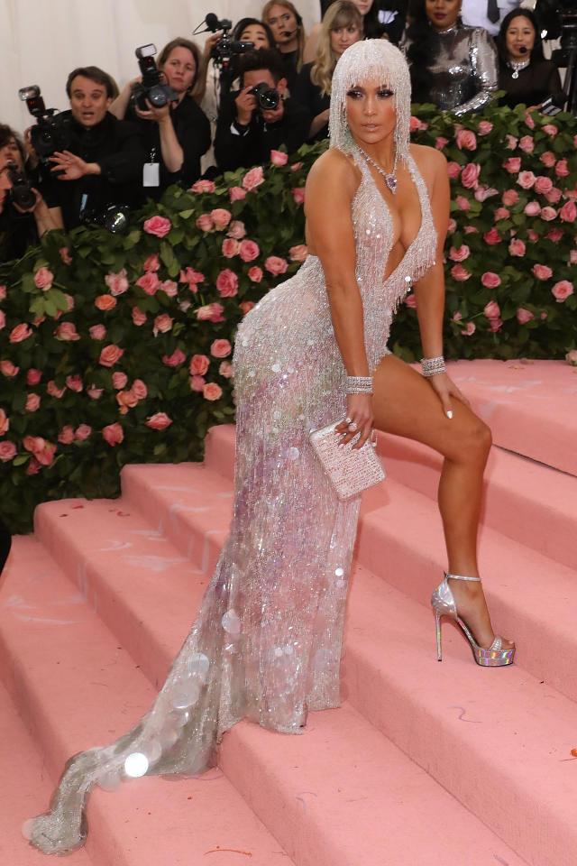 Als JLo den pinken Teppich betrat, stahl sie in ihrem metallic-farbenen Versace-Outfit und dazu passender Perücke im Stil der 20er-Jahre allen die Show. <em>[Foto: Getty]</em>