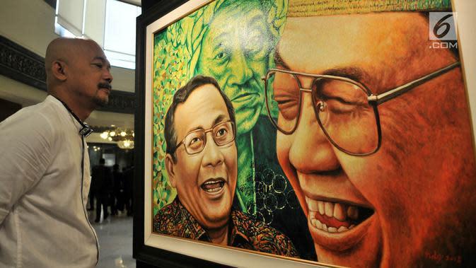 Pengunjung melihat lukisan dalam pameran seni rupa