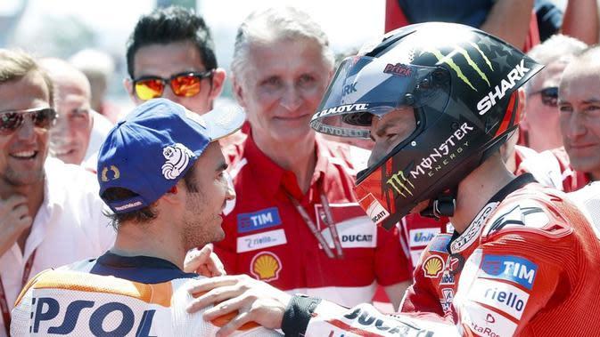 Pebalap Ducati, Jorge Lorenzo (kanan), berbincang dengan rider Repsol Honda, Dani Pedrosa, setelah kualifikasi MotoGP Catalunya, Sabtu (10/6/2017). (EPA/Andreu Dalmau)