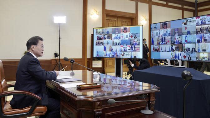 Presiden Korea Selatan Moon Jae-in saat mengikuti KTT Luar Biasa G20 secara virtual dari Blue House di Seoul, Korea Selatan, Kamis (26/3/2020). Para pemimpin dunia mengkoordinasikan respons global terhadap pandemi virus corona COVID-19. (South Korea Presidential Blue House/Yonhap via AP)