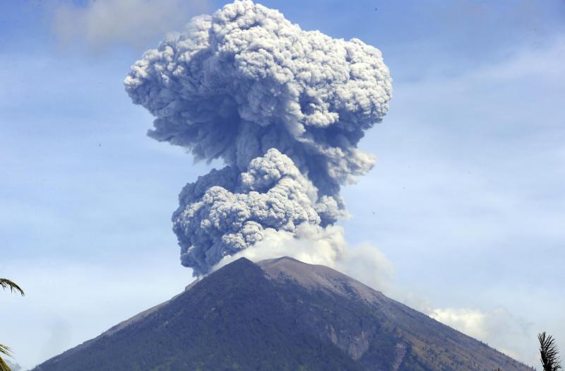 Bali's Mount Agung erupts shooting 700 metres of ash into air