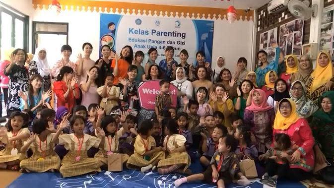 Kartika Soekarno Putri saat melakukan konser amal di RPTRA Taman Kenanga, Jakarta Pusat. (dok. instagram.com/ kartikasoekarnofoundation/https://www.instagram.com/p/B4eqb3IgHS6/Novi Thedora)