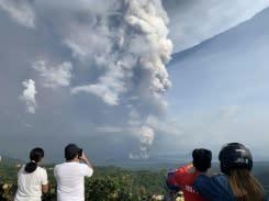 Abu menyembur dari gunung api Filipina, penerbangan dibatalkan