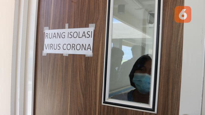 Seorang perawat sedang berada di dalam ruang isolasi Covid-19 RS Undata Palu saat digelar simulasi penanganan pada Maret, 2020. (Foto: Liputan6.com/ Heri Susanto).