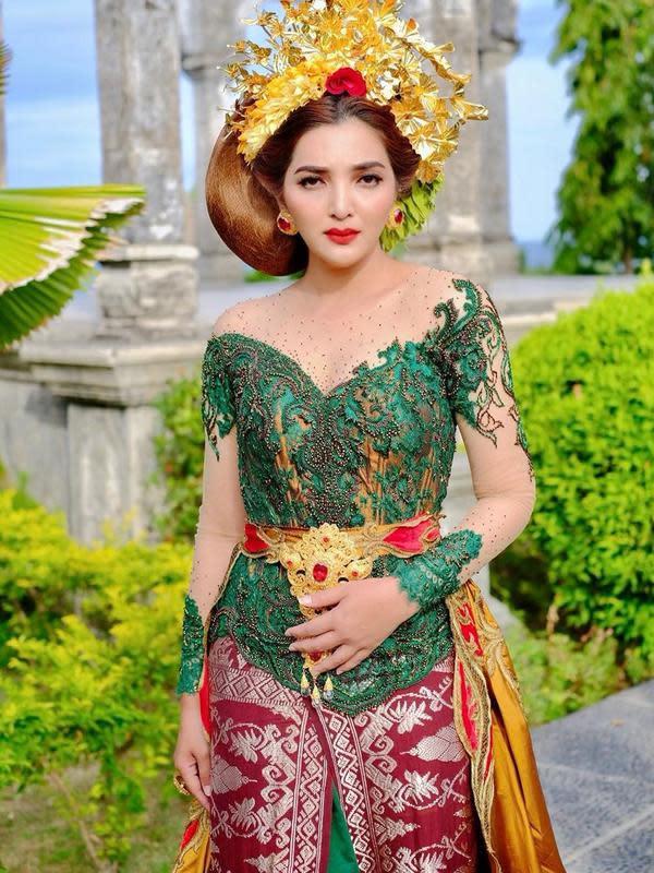 Berikut ini adalah penampilan Ashanty yang terlihat detail. Ia mengenakan kebaya hijau yang dipadukan selendang yang diikatkan di pinggang dan ditambah bros berlapis emas. Ia pun memadukan dengan kain batik berwarna maroon. (Instagram/ashanty_ash)