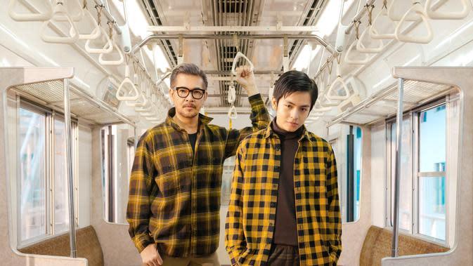 Tamapilan penuh pernyataaan dengan warna bold melalui pilihan flannel dari Uniqlo.