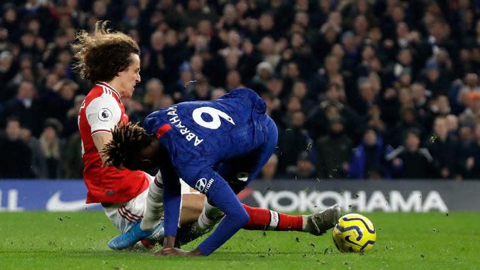 Striker Chelsea, Tammy Abraham berebut bola dengan bek Arsenal, David Luiz pada lanjutan pertandingan Liga Inggris di Stamford Bridge, Selasa (21/1/2020). Chelsea gagal memetik hasil maksimal usai ditahan Arsenal dengan skor 2-2. (AP Photo/Matt Dunham)