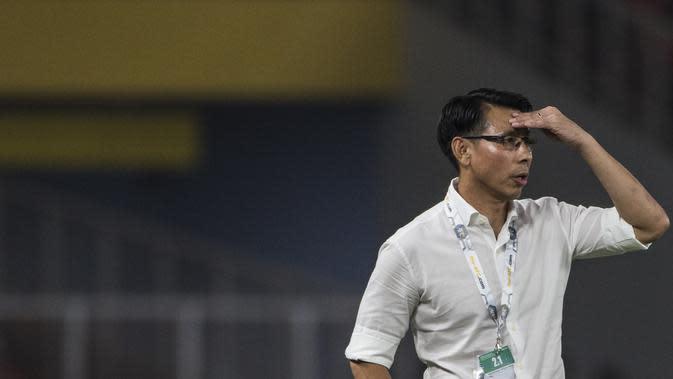 Pelatih Malaysia, Tan Cheng Hoe, mengamati anak asuhnya saat melawan Timnas Indonesia pada laga Kualifikasi Piala Dunia 2022 di SUGBK, Jakarta, Kamis (5/9). Indonesia kalah 2-3 dari Malaysia. (Bola.com/Vitalis Yogi Trisna)