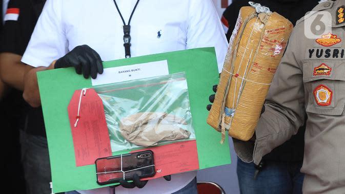 Polisi memperlihatkan barang bukti saat rilis pengungkapan tindak pidana narkotika di Polres Pelabuhan Tanjung Priok, Jakarta Utara, Sabtu (22/8/2020). Polisi menangkap drummer band J-Rocks Anton Rudi Kelces bersama tiga orang tersangka lainnya berinsial M, DN, dan W. (Liputan6.com/Herman Zakharia)