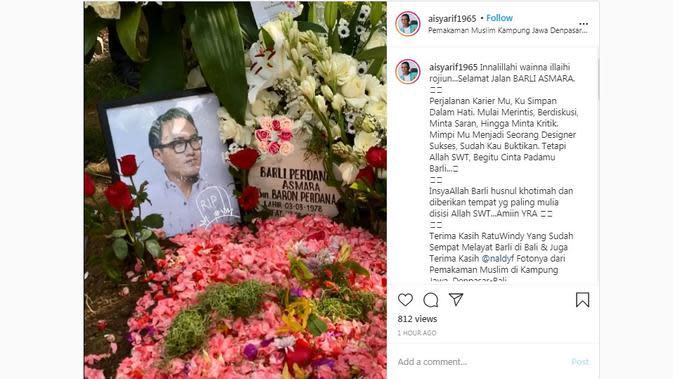 Barli Asmara dimakamkan di Pemakaman Muslim Kampung Jawa, Denpasar, Bali, Jumat (28/8/2020). (dok. Instagram @ aisyarif1965/https://www.instagram.com/p/CEalSYEhJyM/)