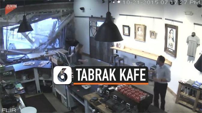 VIDEO: Berantakan, Sebuah Kafe Tiba-Tiba Ditabrak Bus