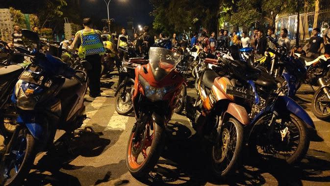 Sepeda motor yang diduga digunakan untuk balapan liar dijejer polisi sebelum dimasukkan ke truk. (Liputan6.com/M Syukur)