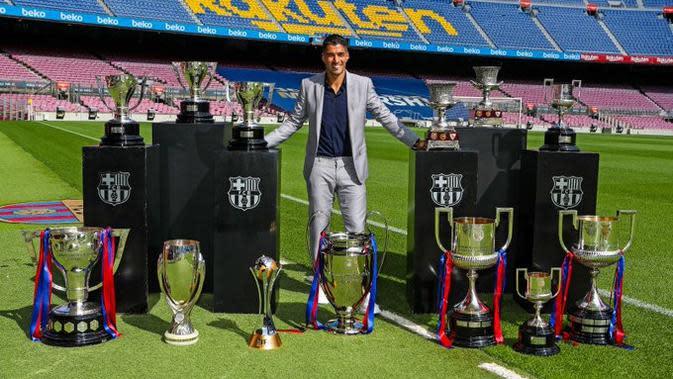Luis Suarez berpose dengan trofi yang dimenangkannya bersama Barcelona. Pemain asal Uruguay itu hengkang ke Atletico Madrid musim panas ini. (Twitter Barcelona)