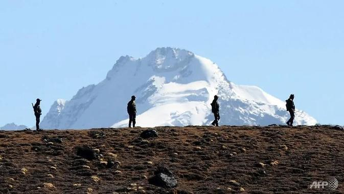 Personel Angkatan Darat India tetap waspada di jalur Bumla di perbatasan India-China di Arunachal Pradesh pada 21 Oktober 2012. (AFP / Biju Boro)