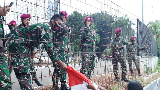 Kisah Buruh Wanita Seberangi Tol Dalam Kota Serahkan Bendera Merah Putih ke Anggota TNI