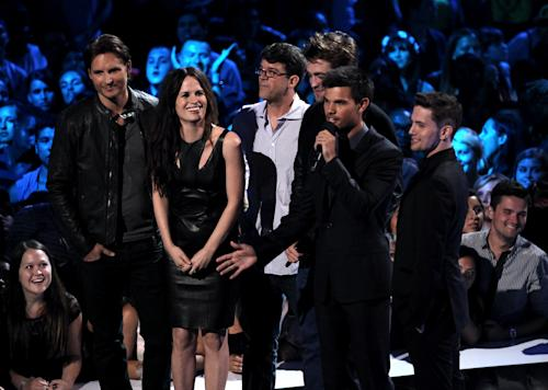 From left, Peter Facinelli, Elizabeth Reaser, Wyck Godfrey, Robert Pattinson, Taylor Lautner and Jackson Rathbone speak onstage at the MTV Video Music Awards on Thursday, Sept. 6, 2012, in Los Angeles. (Photo by Matt Sayles/Invision/AP)