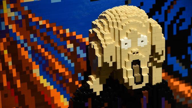 Interpretasi lukisan klasik Edvard Munch 'The Scream' yang terbuat dari 3.991 keping lego dihadirkan saat pratinjau pameran The Art of the Brick di California Science Center, Los Angeles, California, Amerika Serikat, Rabu (26/2/2020). (AP Photo/Chris Pizzello)