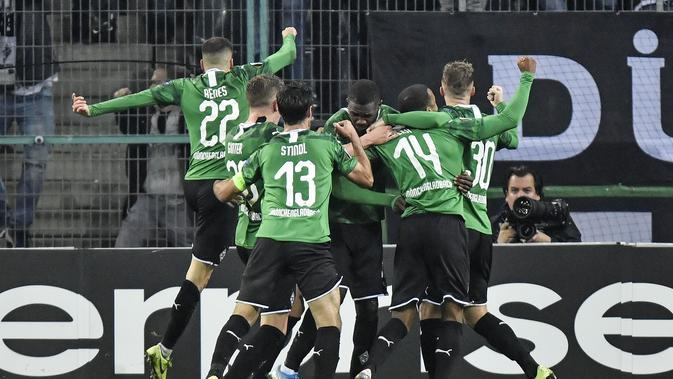 Para pemain Borussia Monchengladbach merayakan gol Marcus Thuram ke gawang AS Roma pada matchday keempat Liga Europa di Stadion IM Borussia-Park, Jumat (8/11/2019) dini hari WIB. Monchengladbach menang 2-1. (AP Photo/Martin Meissner)