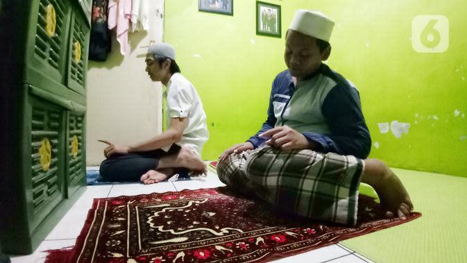 Umat Muslim melaksanakan salat Tarawih berjemaah di rumah di kawasan Tangerang, Rabu (29/4/2020). Selama pandemi COVID-19, pemerintah menghimbau agar masyarakat untuk melaksanakan Salat Tarawih di rumah guna mengantisipasi penyebaran COVID-19. (Liputan6.com/Angga Yuniar)