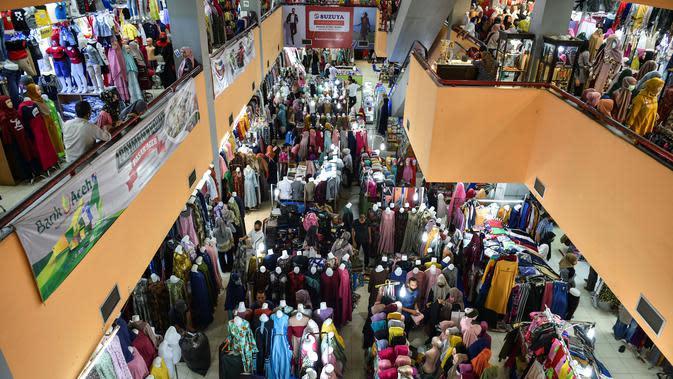 Pengunjung membeli pakaian baru di pusat perbelanjaan menjelang perayaan Idul Fitri di Banda Aceh, Kamis (21/5/2020). Hari Raya Idul Fitri menandai berakhirnya bulan suci Ramadan. (CHAIDEER MAHYUDDIN/AFP)