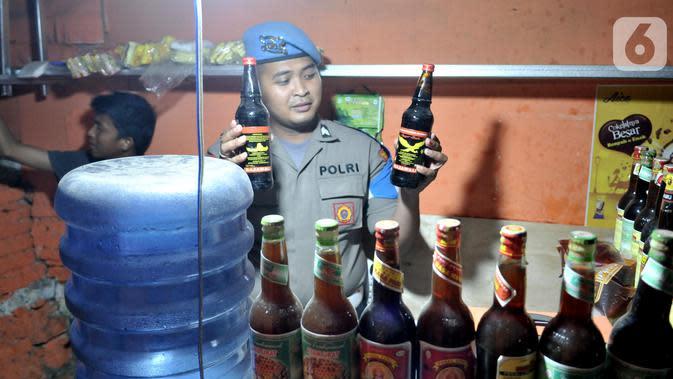 Tim Eagle One Sat Reskrim Polres Jakarta Selatan merazia toko jamu yang menjual minuman keras saat Operasi Premanisme Skala Besar Gabungan di kawasan Manggarai, Jakarta, Rabu (6/11/2019). Operasi tersebut digelar untuk menjaga keamanan dan ketertiban. (merdeka.com/Iqbal Nugroho)