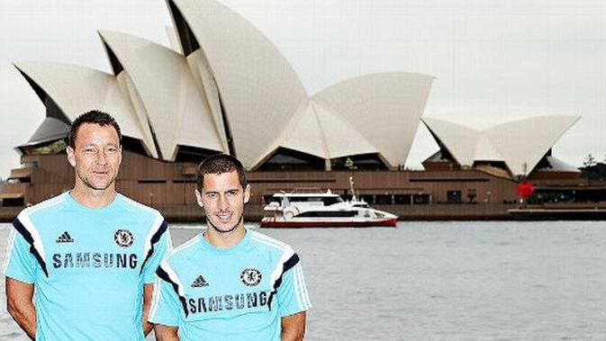 John Terry (kiri) dan Eden Hazard berpose di depan Opera House Sydney ketika mengunjungi Australia pada 2015. Chelsea berencana kembali ke Negeri Kangguru tahun 2018. (Soccernet)