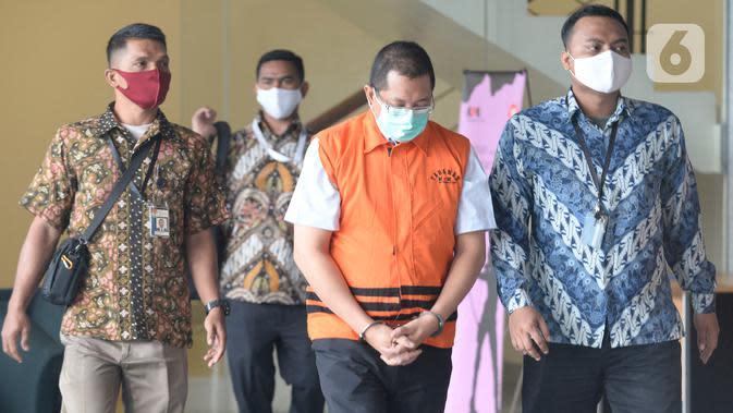 Mantan Direktur Niaga PT Dirgantara Indonesia (PTDI) Irzal Rinaldi Zailani meninggalkan Gedung KPK usai ditetapkan sebagai tersangka di Jakarta, Jumat (12/6/2020). KPK menahan Irzal dalam kasus dugaan korupsi kegiatan penjualan dan pemasaran pesawat PTDI tahun 2007-2017. (merdeka.com/Imam Buhori)