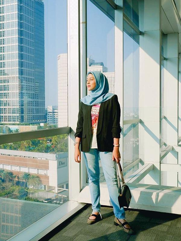 Bahkan, penampilan kasual Nina Zatulini dengan memadukan kaus berwarna putih dengan celana serta hijab biru dan blazer hijau army ini pun terlihat menawan. Ia pun hanya menambahkan sebuah tas kecil untuk mempercantik penampilannya. (Liputan6.com/IG/@ninazatulini22)