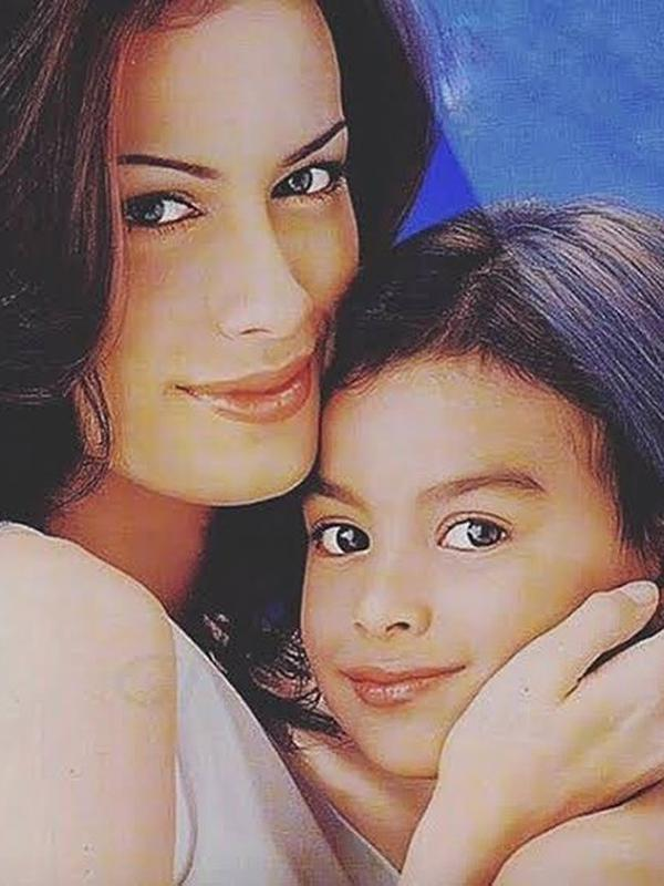 Semakin besar, Eva semakin terlihat mirip dengan mamanya. Setelah rumah tangga Sophia dan Indra Lesmana kandas (1992-1993) Eva tinggal bersama mamanya. (Instagram/evacelia)