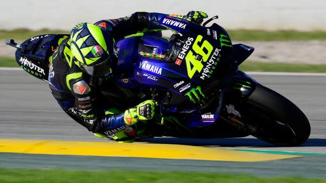 Pembalap Petronas Yamaha, Valentino Rossi, saat mengikuti latihan bebas MotoGP Catalunya di Circuit de Barcelona-Catalunya, Jumat (25/9/2020). Pembalab Yamaha, Morbidelli, finish pertama dengan catatan waktu satu menit 39,789 detik. (AFP/Lluis Gene)