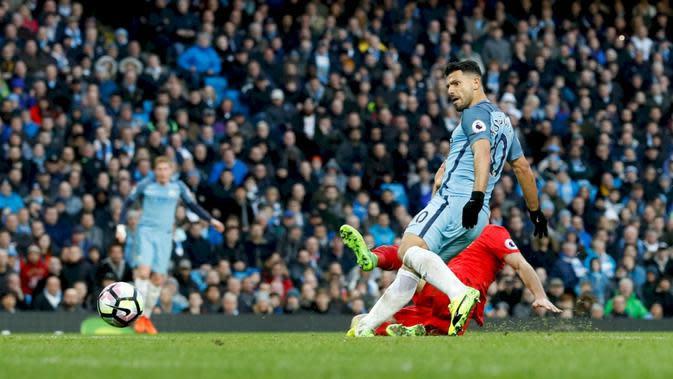 Sergio Aguero mencetak gol untuk Manchester City ke gawang Liverpool. (dok. Manchester City)