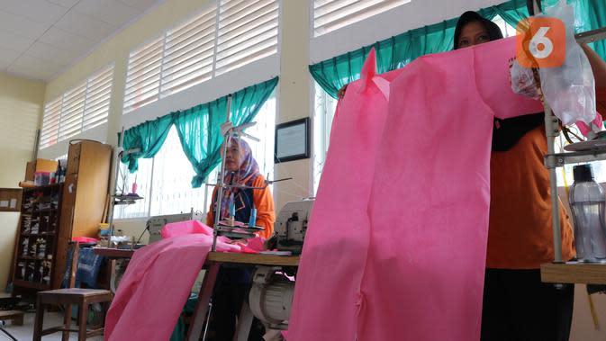 Para guru SMKN 5 Palu menunjukkan APD medis produksi mereka untuk dipasok ke rumah sakit rujukan covid-19 di Palu. (Foto: Liputan6.com/ Heri Susanto).