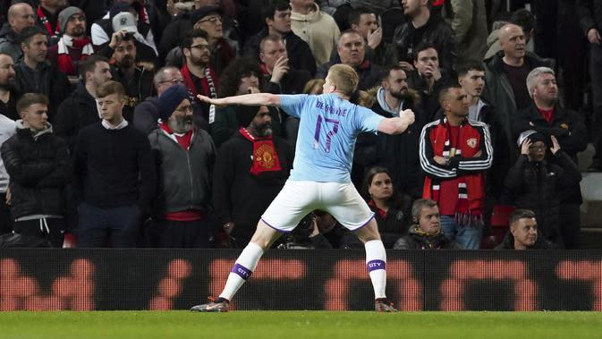 Gelandang Manchester City, Kevin De Bruyne berselebrasi setelah gelandang Manchester United Andreas Pereira mencetak gol bunuh diri pada pertandingan leg pertama semifinal Piala Liga Inggris di Old Trafford (7/1/2020). City menang 3-1 atas MU. (AP Photo/Jon Super)