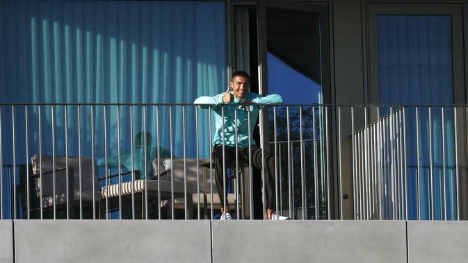 Cristiano Ronaldo masih sempat menyaksikan timnas Portugal berlatih lewat balkon kamarnya di lokasi pemusatan latihan di Oeiras, Lisbon pada Selasa, 13 Oktober 2020 (AFP/Diogo Pinto)