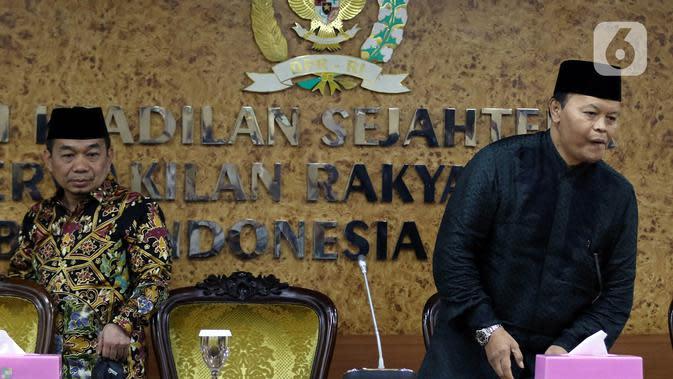 Wakil Ketua MPR periode 2019-2024, Hidayat Nur Wahid didampingi Ketua Fraksi PKS Jazuli Juwaini (kiri) seusai memberikan keterangan pers terkait penandatanganan petisi usulan dibentuk Pantia Khusus (Pansus) Jiwasraya di Kompleks Parlemen, Senayan, Rabu (15/1/2020). (Liputan6.com/Johan Tallo)
