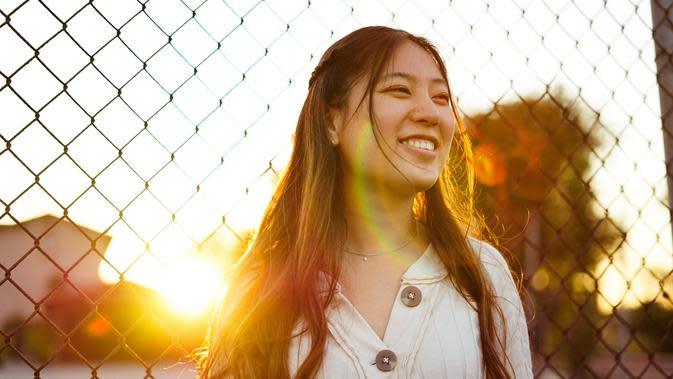 ilustrasi perempuan tersenyum/Photo by Conner Ching on Unsplash