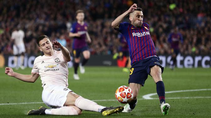 Bek Barcelona, Jordi Alba, berebut bola dengan pemain Manchester United, Diogo Dalot, pada laga Liga Champions 2019 di Stadion Camp Nou, Selasa (16/4). Barcelona menang 3-0 atas Manchester United. (AP/Manu Fernandez)