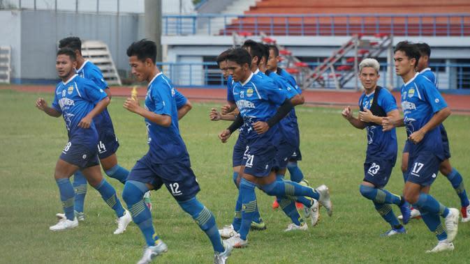 Latihan perdana Persib Bandung di Stadion Arcamanik, Jumat (10/1/2020) diikuti 19 pemain. (Liputan6.com/Huyogo Simbolon)