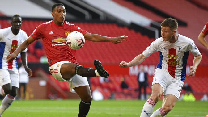 Penyerang Manchester United, Anthony Martial, mengontrol bola saat melawan Crystal Palace, pada laga Premier League di Stadion Old Trafford, Sabtu (19/9/2020). Setan Merah takluk dengan skor 1-3. Crystal Palace. (Shaun Botterill/Pool via AP)